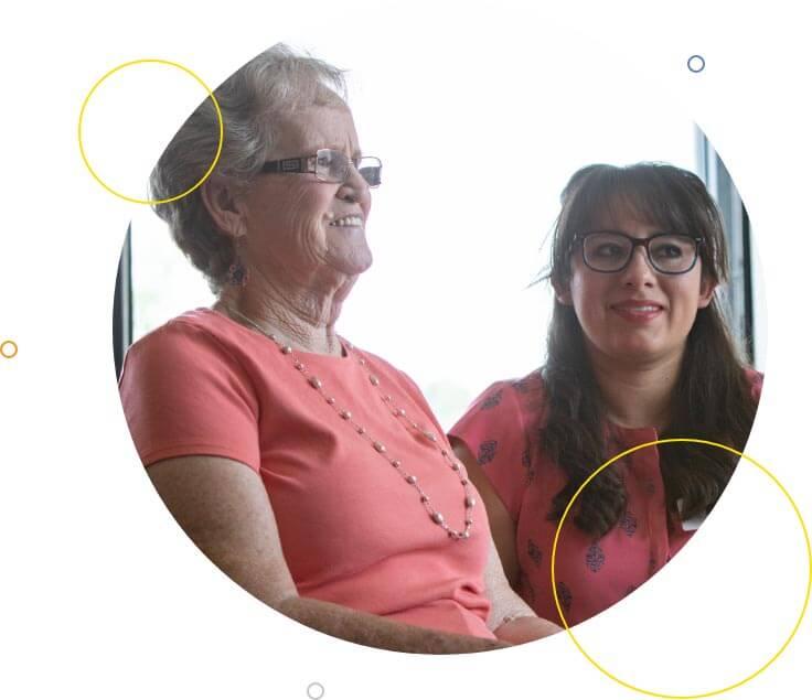 Paciente senior y especialista en salud conductual sonriendo.